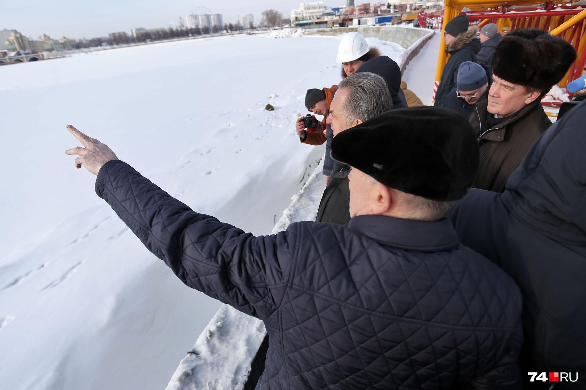 По всей видимости, Борис Дубровский рассказывает, как здание общественно-делового центра будет «шагать» через реку