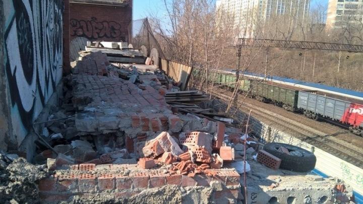 Екатеринбурженку заставили снести гараж, с которого на железнодорожные пути падали кирпичи