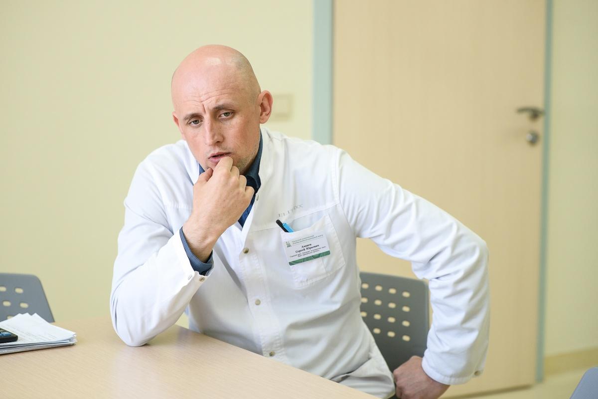 Сергей Амзаев переехал в Нижний Тагил из подмосковного Серпухова. Начинал работать врачом травматологом-ортопедом центра, теперь главврач