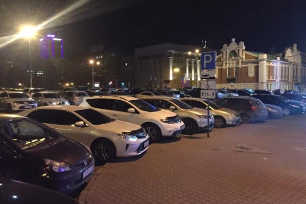 Автомобилисты пока могут оставлять ночью машины возле Краеведческого музея