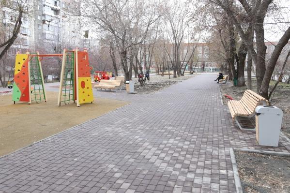 В сквере на 40-летия Победы поставили лавочки, урны, детские городки. Фонари сделают позже