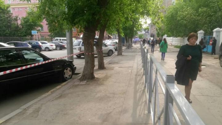 Улицу Крылова перекопают из-за ремонта трубы — для этого там установили ограждение