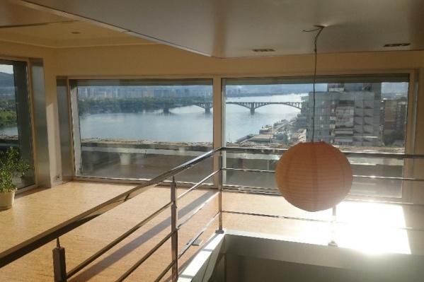 Вид на Коммунальный мост с одного из окон
