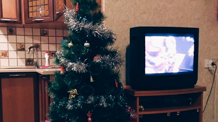 Омичи начали наряжать новогодние ёлки за месяц до праздника
