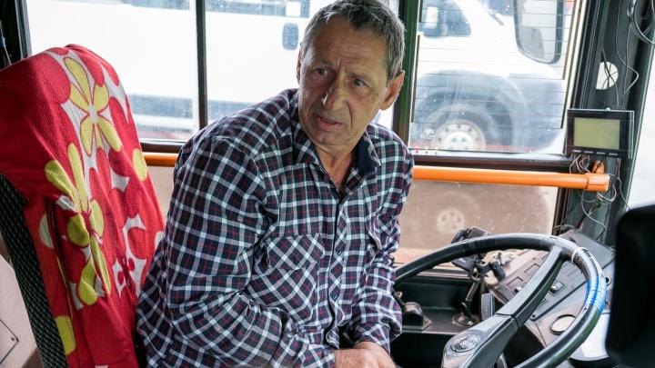 «Я всего 10 дней работаю»: водитель и кондуктор автобуса №64 — о рождении ребенка в салоне