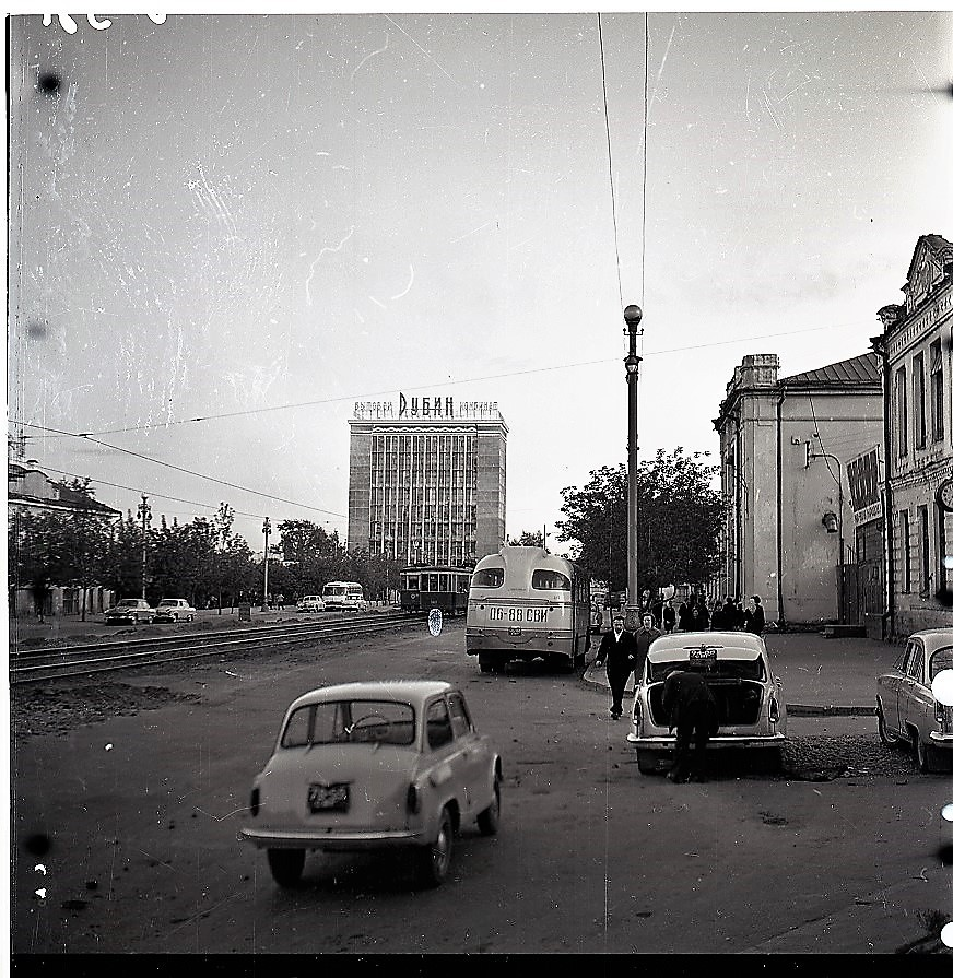 Этот снимок сделан в 1965 году. Справа сейчас находится вход в метро