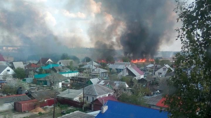 «Стена огня в пять этажей»: в Урюпинске Волгоградской области ландшафтный пожар достиг домов