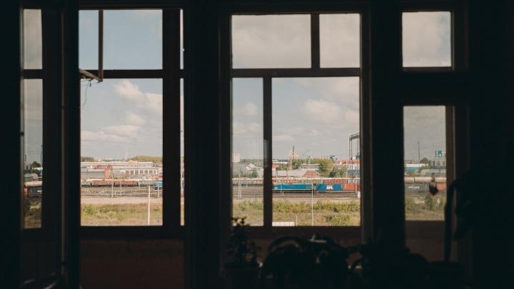 Вагоны визжат круглосуточно: жители дома на 30 лет Победы страдают от соседства с железной дорогой