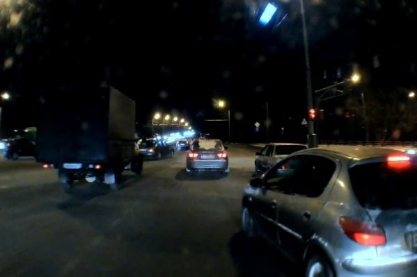 Водитель Peugeot, которого транспортники считают виновным в ДТП, уехал с места происшествия