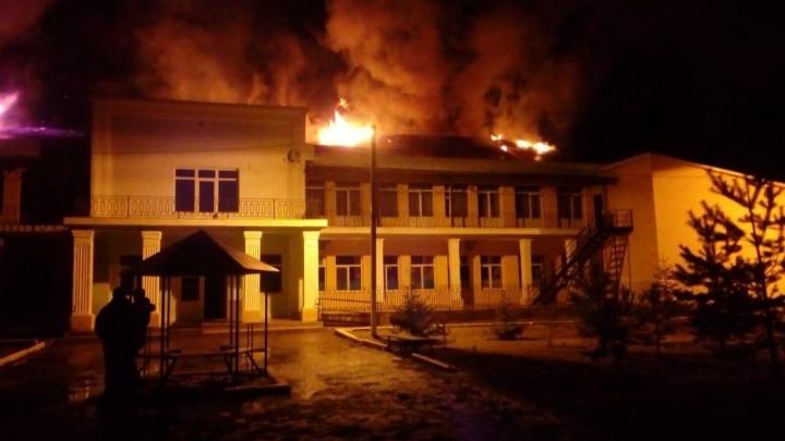 Три десятка пожарных тушат поликлинику в Башкирии
