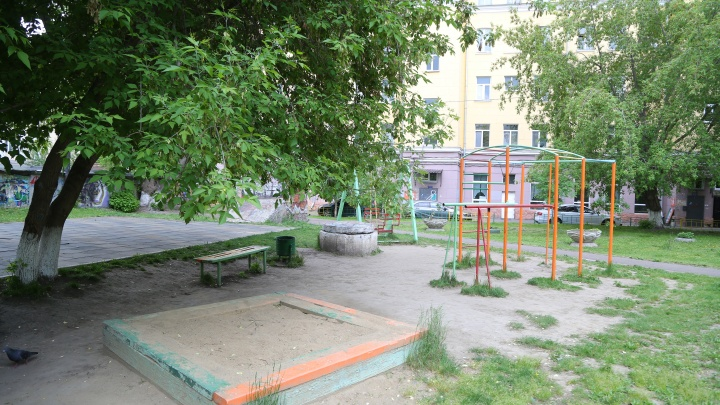 Жители дома в центре добились открытия детской площадки для всех через прокуратуру