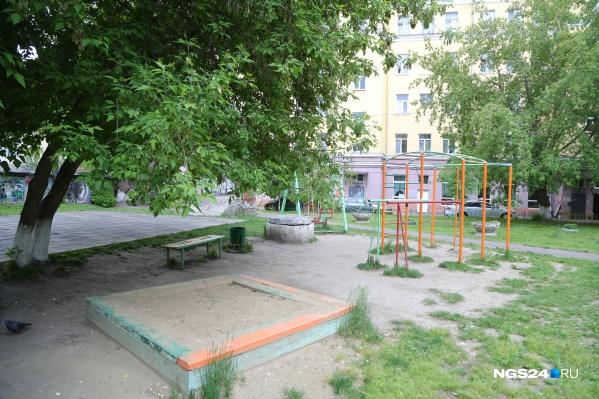 Площадка была огорожена забором с замком