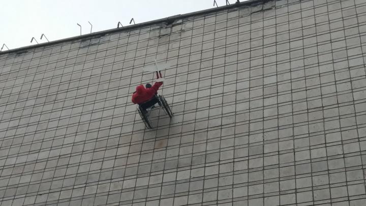 К стене кинотеатра Маяковского приделали инвалидную коляску с манекеном