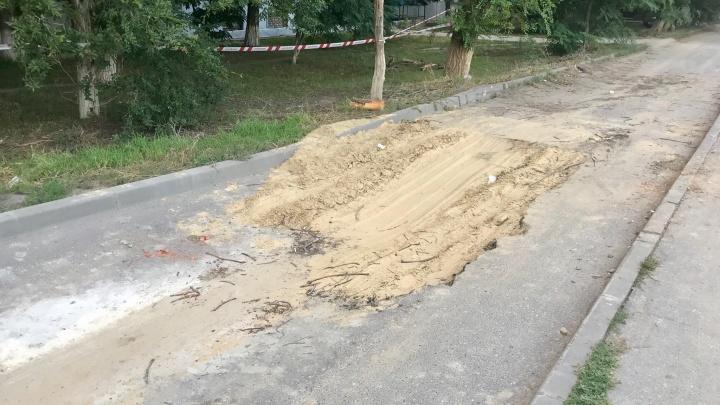 «После дождя образуется сеть озер»: дорога возле гимназии в Волгограде выгнулась зигзагами
