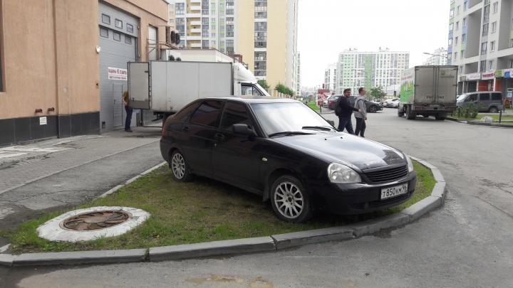 «Я паркуюсь как...»: зачем автохамы блокируют проезды и почему прячут машины в кустах