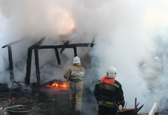 Ночью в Самаре на проспекте Кирова загорелся частный дом