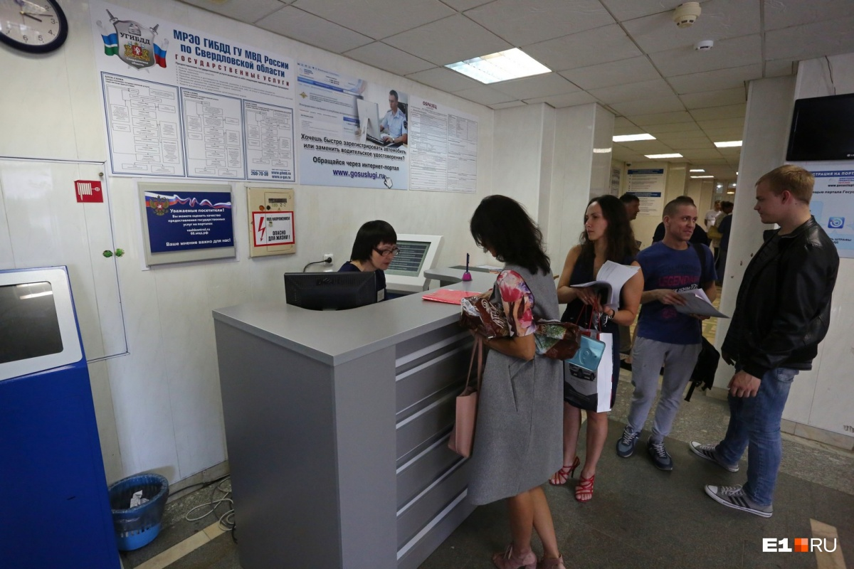 Раньше посетители сами пользовались терминалом для получения талона. Теперь у него появился специальный оператор