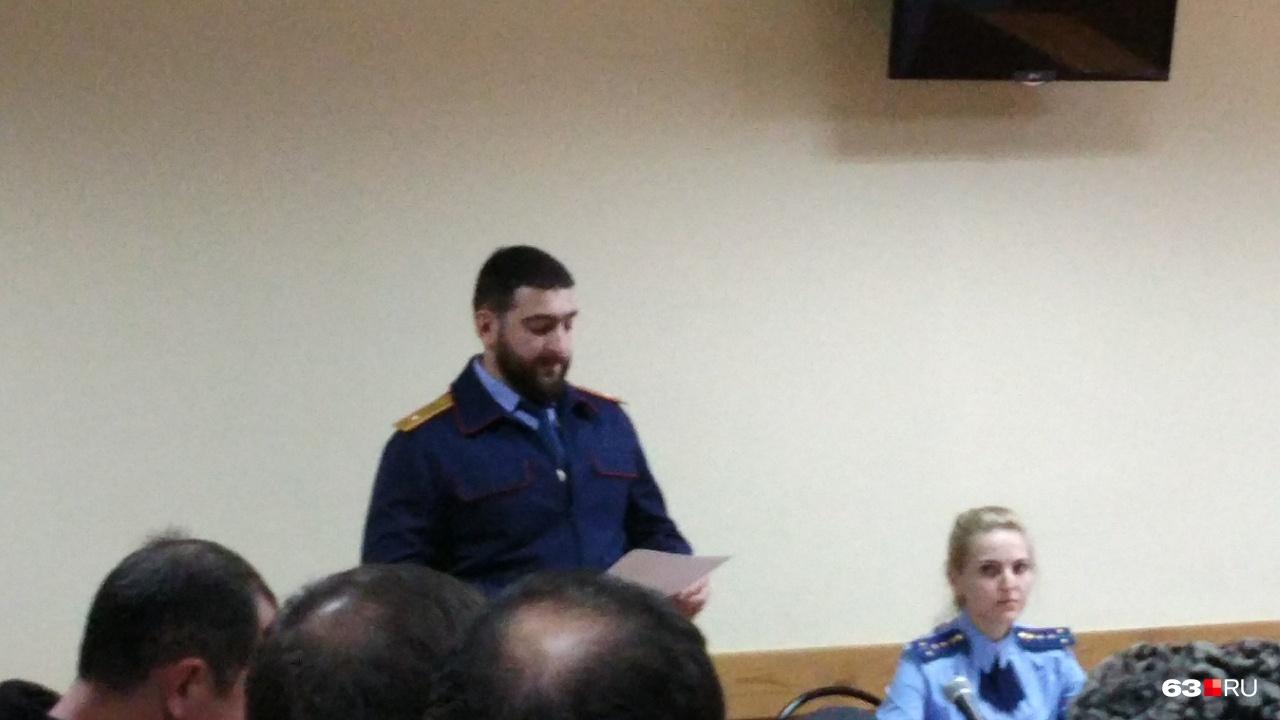Следователь Виталий Тюленев зачитывает позицию гособвинения