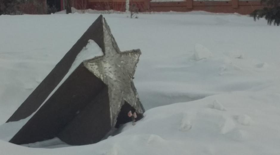 Очевидцы заметили, что табличка на памятнике пропала сегодня