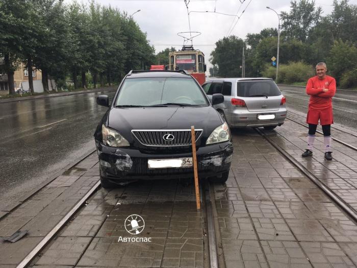 Автомобили помешали движению трамвая