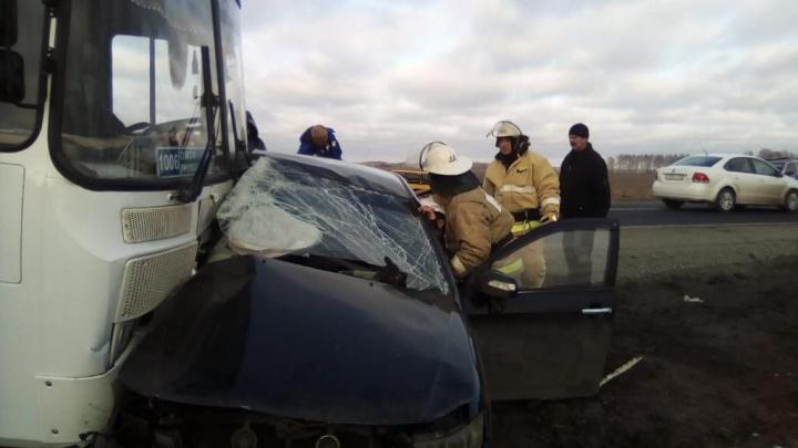 В Азовском районе пассажирский автобус смял легковушку