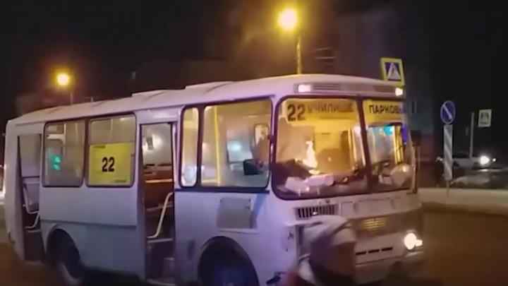 Водитель полыхнувшей в Челябинске маршрутки решил тушить огонь тряпкой. Смотрим, что из этого вышло