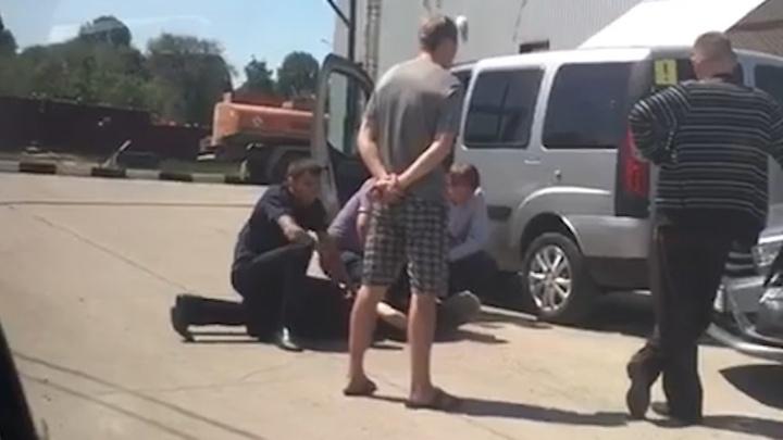 Лицом в асфальт: в Чапаевске задержали работников морга за вымогательство