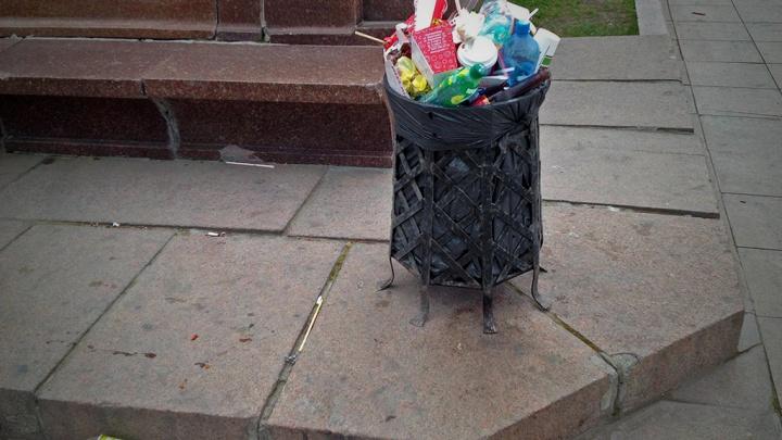 «Урны переполнены»: челябинских чиновников обязали убирать мусор по выходным