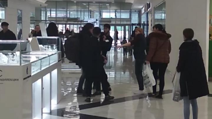 «Били руками и ногами»: драка охранников с посетителем в ТРЦ «Парк Хаус» попала на видео
