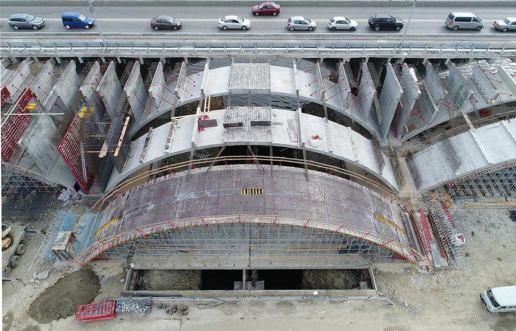 Осенью 2018 года дорожники начали строить третий ряд арок для пролётов нового моста