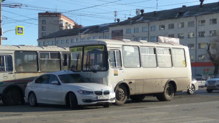 В Челябинске маршрутный ПАЗ подмял под себя BMW