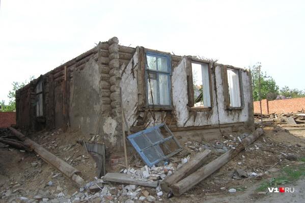 Мужчину придавило рухнувшей стеной старого дома