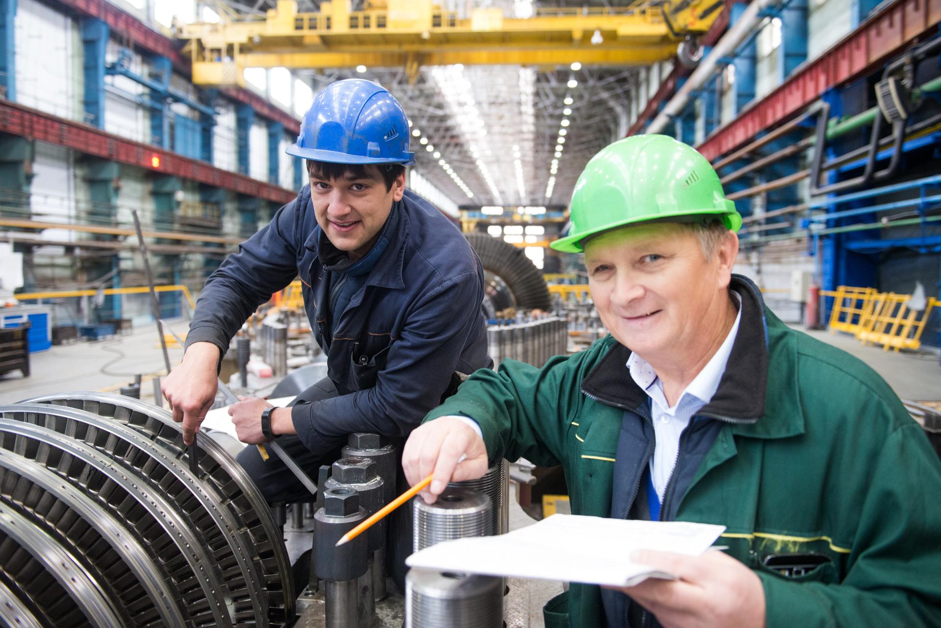 Сергей Гиенко (слева) производит замеры турбины для Минской ТЭЦ-3