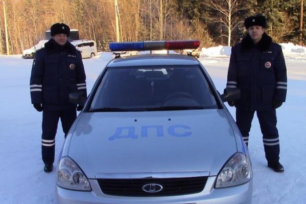 Сотрудники, которые помогли отремонтировать машину пенсионеров в мороз