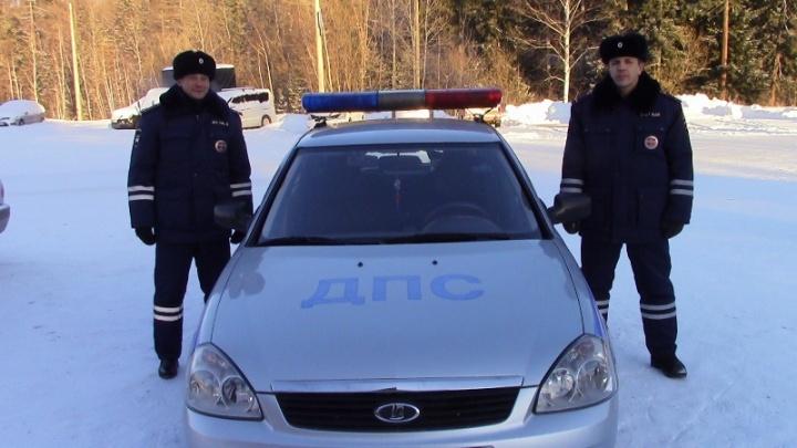 Пенсионеры заглохли на 35-градусном морозе по дороге в больницу. Их вовремя заметил патруль ДПС