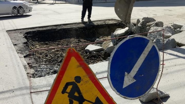Переделают после зимы: на улице Ленина раскопали большую яму