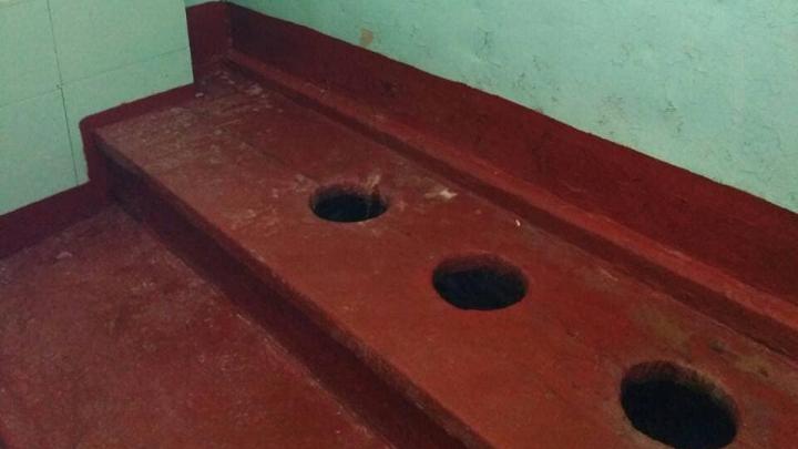 «Облагородили дырки в полу»: мэр Миасса похвастался в Instagram новым школьным туалетом