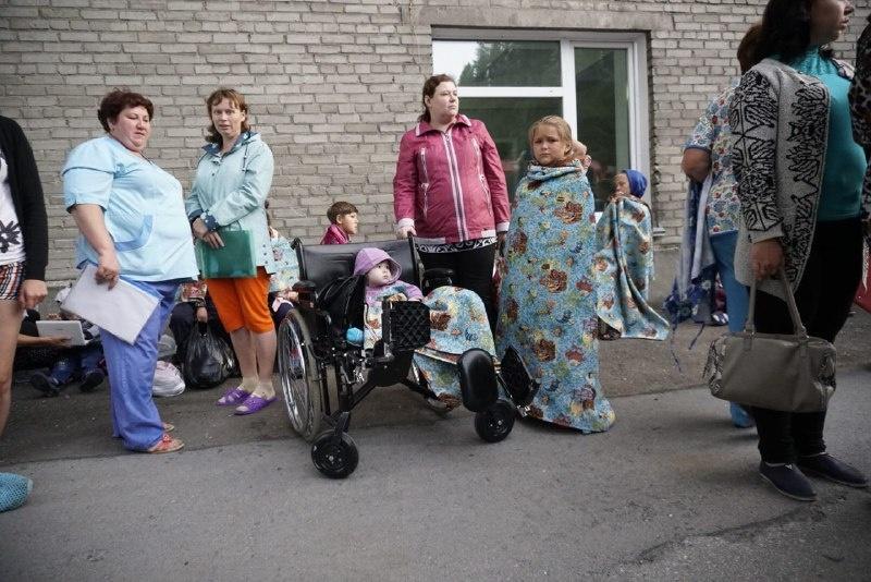 Эвакуированные пациенты кутались в одеяла