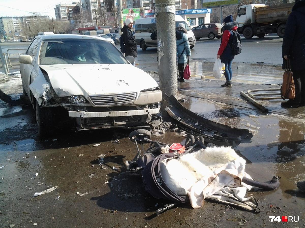 Машину выбросило на тротуар после столкновения на дороге