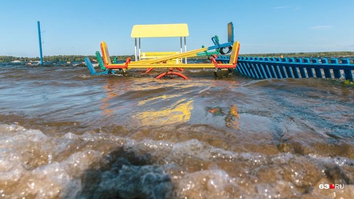 Затопило детскую площадку: Волга вновь удивила горожан