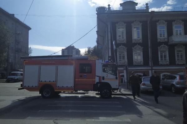 Сегодня после полудня к Дому купца Сурикова на Ленина, 11 приехали две пожарные машины