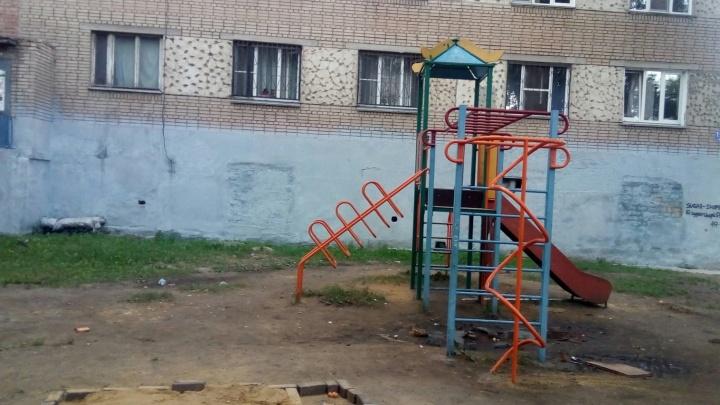 Юные «урбанисты» соорудили песочницу из кирпичей во дворе на ЧТЗ