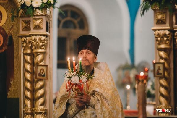 С разных районов города приехали тюменцы в Знаменский кафедральный собор, чтобы попасть на праздничное пасхальное богослужение