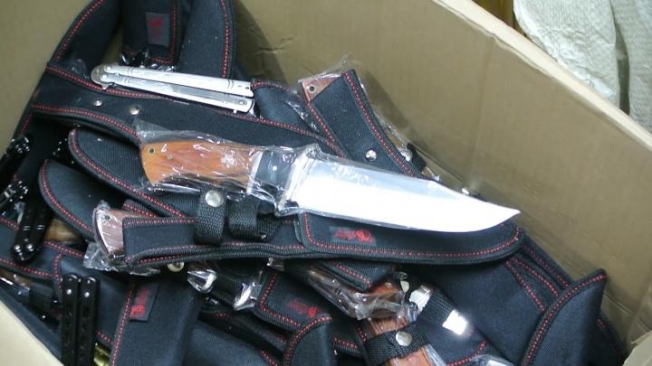 Ножи, дубинки и электрошокеры: силовики накрыли на челябинском рынке склад с оружием