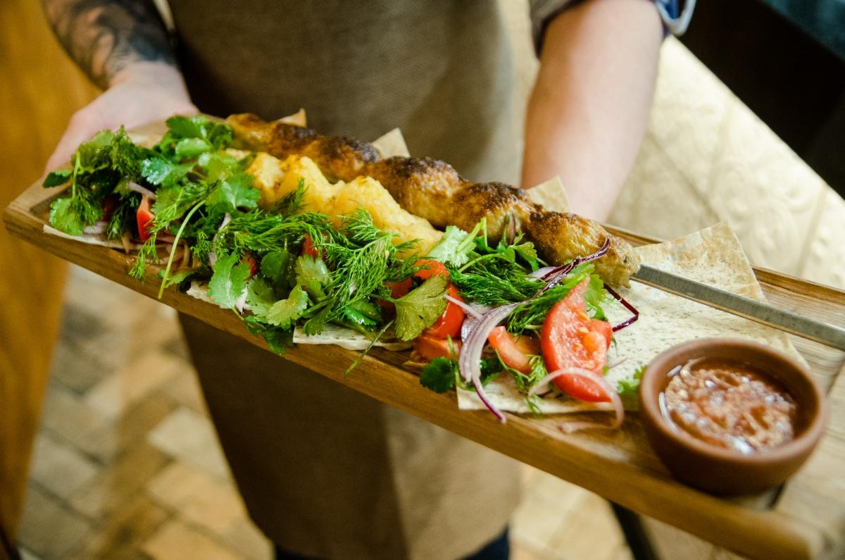 Огромный выбор шашлыков — из цыпленка, корейки, барашка, овощей и даже языка с шампиньонами