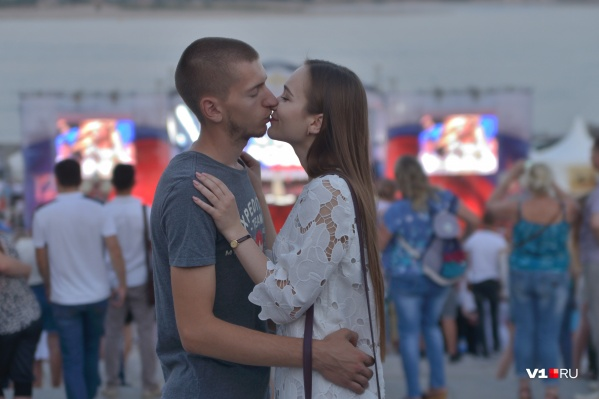 Волгоградцы завершают праздничный вечер на газоне Центральной набережной