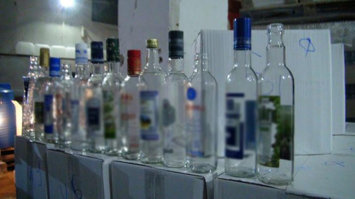 В Кузбассе полиция нашла цех по изготовлению поддельного алкоголя (фото)