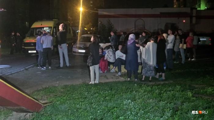 Треть эвакуированных выводили из задымленного подъезда вдыхательных масках