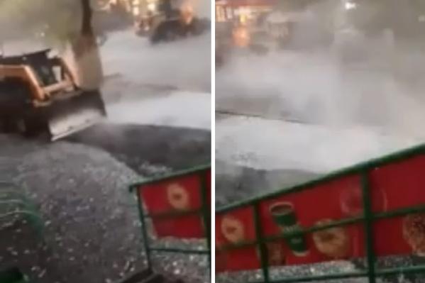 Вечером 13 сентября рабочие укладывали асфальт в одном из дворов Тюмени во время непогоды