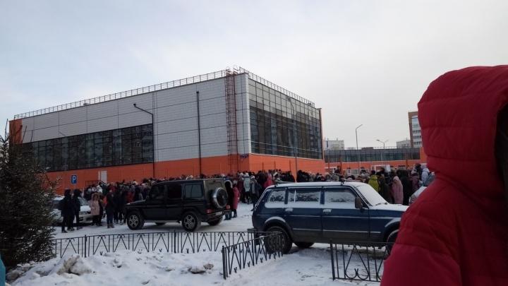 Тысячи мерзнущих школьников и эвакуация ТЦ: как Красноярск пережил вторую волну минирований